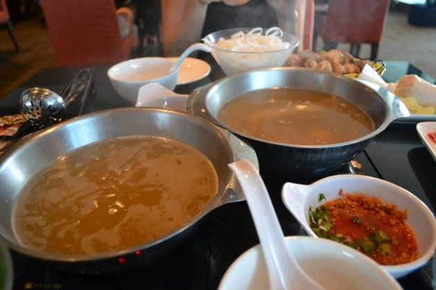 We love the way the broths are served in individual pots, which offer a hygienic way to enjoy our hotpot.